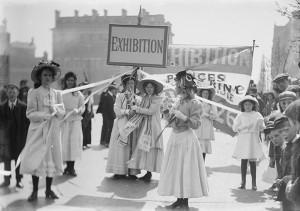Christina Broom (1862-1939), Jeunes suffragettes faisant la promotion de l'exposition de la Women's